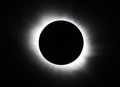 Chiêm ngưỡng hình ảnh thú vị về nhật thực toàn phần vừa xảy ra