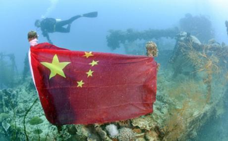 Thợ lặn treo cờ Trung Quốc lên xác tàu chiến Nhật dưới đáy biển. (Ảnh: