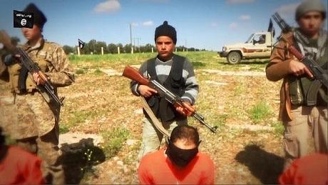 Một chiến binh nhí của IS tham gia hành quyết con tin. (Ảnh: