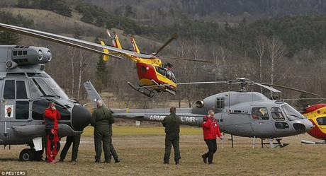 Các máy bay trực thăng đã có mặt tại hiện trường phi cơ Germanwings rơi xuống. (Ảnh: