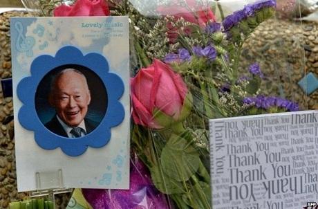 Những tấm thiếp, ảnh và hoa tưởng nhớ cố lãnh đạo Lý Quang Diệu. (Ảnh:
