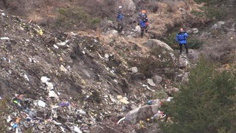 Hiện trường nơi máy bay Germanwings lao xuống và vỡ tan trên núi An-pơ. (Ảnh: