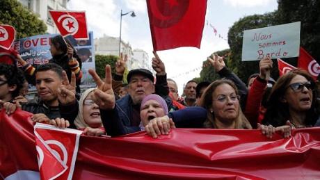 Người dân Tunisia diễu hành trong ngày quốc khánh 20/3, 2 ngày sau cuộc tấn công khủng bố. (Ảnh: