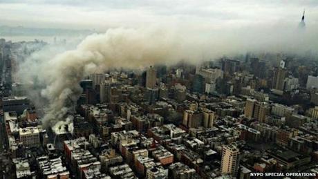 Khói bốc lên từ một tòa nhà ở Manhattan, New York. (Ảnh: