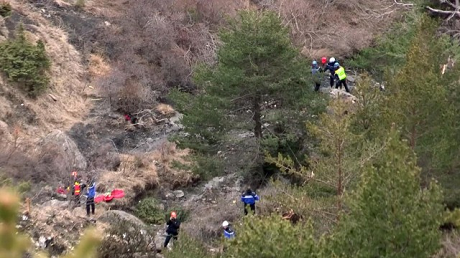 Lực lượng cứu hộ đang tìm kiếm các thi thể và mảnh vỡ của máy bay Germanwings. (Ảnh: