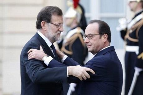 Tổng thống Francois Hollande (phải) và