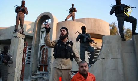 Tên phiến quân IS đưa ra lời đe dọa trước khi thực hiện cuộc hành hình. (Ảnh: