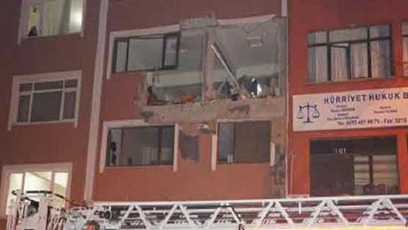 Hiện trường tại trụ sở tạp chí Adimlar sau vụ nổ. (Ảnh: