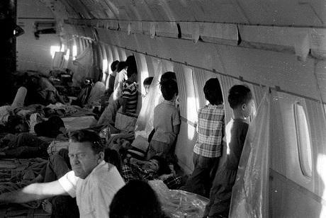 Hình ảnh bên trong một chuyến bay trong chiến dịch không vận trẻ em tháng 4/1975.