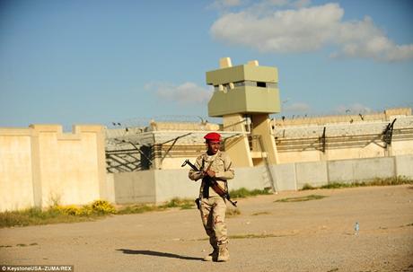 Lính canh bên ngoài cung điện của Gaddafi khi ông này còn cầm quyền.
