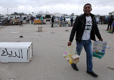 Những người đi buôn mang theo chó cảnh và chim cảnh đến bán tại khu chợ này.