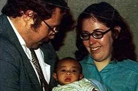 Các em bé này sau đó được các gia đình Mỹ nhận nuôi, trong ảnh là một trường hợp như vậy.