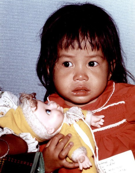 Một em bé trong chiến dịch không vận trẻ em rời Việt Nam. (Ảnh: