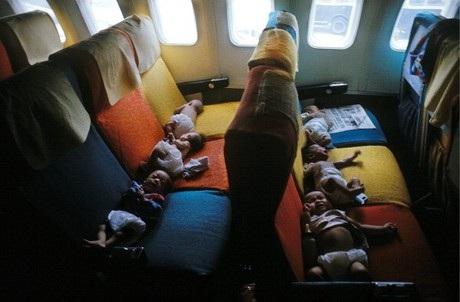 Các em bé được đặt nằm trên các ghế máy bay. (Ảnh: