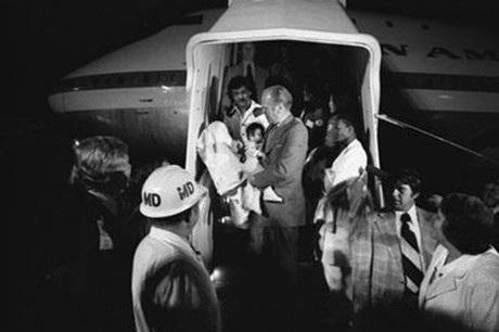Một máy bay chở trẻ em rời Việt Nam hạ cánh tại Mỹ.