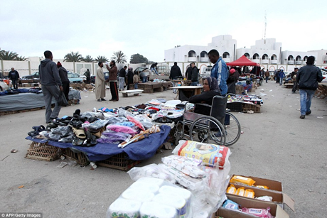 Bốn năm sau, dinh thự của Gaddafi đã bị biến thành một khu chợ bán thú cảnh lộn xộn.