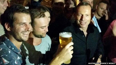 Thủ tướng Úc Tony Abbott (áo đen, bên phải) uống cạn cốc bia 0,4 lít chỉ trong 7 giây. (Ảnh: