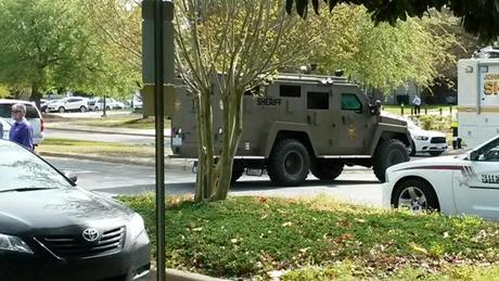 Một xe của lực lượng phản ứng nhanh SWAT gần trường Cao đẳng cộng đồng Wayne. (Ảnh: