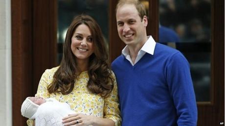 Hoàng tử William và Công nương Catherine rạng rỡ bên ngoài bệnh viện. (Ảnh: