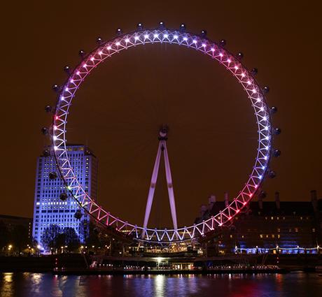 Vòng đu quay khổng lồ London Eye rực rỡ một màu hồng. (Ảnh: