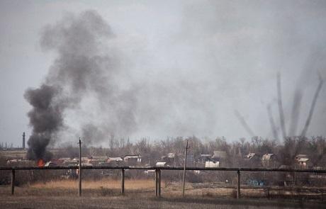 Khói bốc lên từ một ngôi làng gần sân bay Donetsk. (Ảnh:
