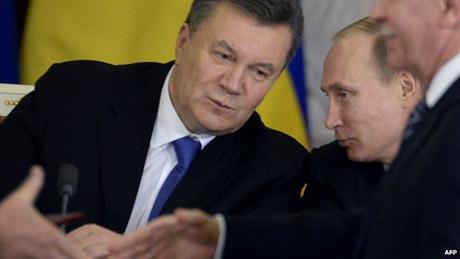 Cựu Tổng thốngViktor Yanukovych (trái) theo chủ trương thân Nga. (Ảnh: