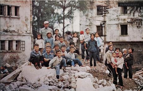 Nhiều em nhỏ tập trung trên đống đổ nát của một khu nhà tập thể ở quận Hai Bà Trưng.