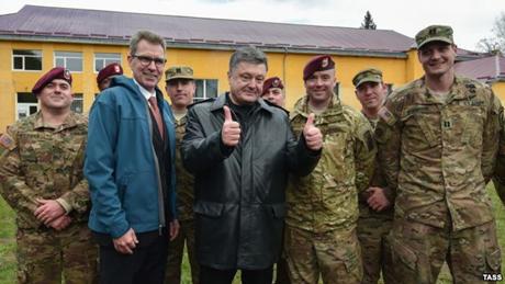 Tổng thống Petro Poroshenko chào đón các binh sĩ tại một căn cứ quân sự. (Ảnh: