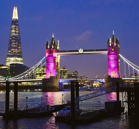 Cầu Tháp London rực rỡ một màu hồng chào mừng tiểu công chúa ra đời. (Ảnh: