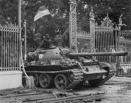 Hình ảnh xe tăng Việt Nam húc đổ cổng Dinh Độc lập tại Sài Gòn. (Ảnh:
