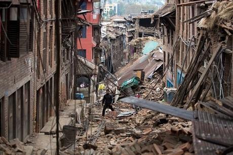 Một người dân Nepal giữa đống đổ nát sau trận động đất ngày 25/4. (Ảnh: