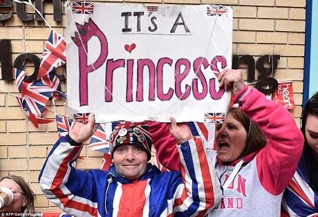 Người dân Anh ăn mừng sự ra đời của tiểu công chúa. (Ảnh: AFP)