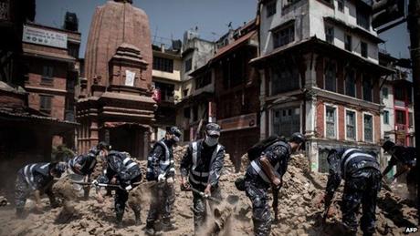 Các nhân viên cứu hộ đang tìm kiếm các nạn nhân tại một đống đổ nát ở thủ đô Nepal. (Ảnh: