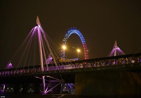Trong ảnh là Cầu Golden Jubilee được thắp những ánh đèn hồng rực rỡ. (Ảnh: