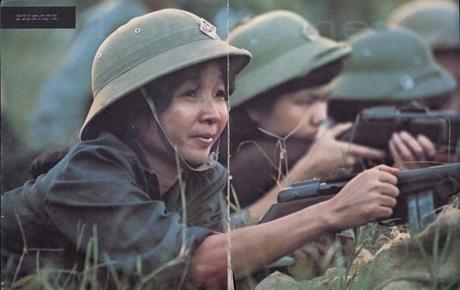 Một nữ dân quân Hà Nội tập bắn tại công viên Thống Nhất.