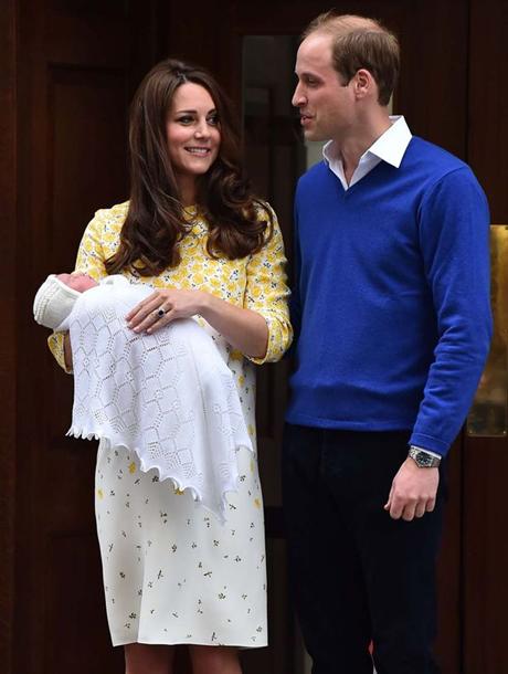 Hai vợ chồng Hoàng tử William hạnh phúc đón tiểu công chúa về nhà. (Ảnh: