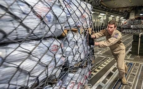 Hàng hóa cứu trợ từ các nước được gửi tới Nepal. (Ảnh: