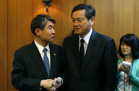 Thứ trưởng Ngoại giao Nhật Bản Akitaka Saiki (phải) và người đồng cấp Hàn Quốc