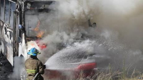Một chiếc xe bus bị cháy tại hiện trường nơi xảy ra các vụ bạo lực tại bang Jalisco. (Ảnh: