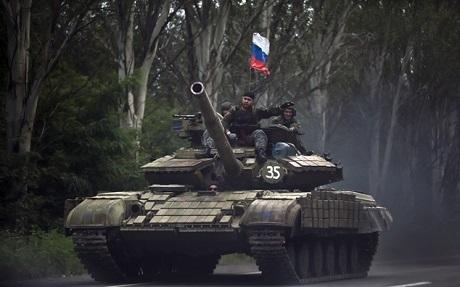 Xe tăng của lực lượng ly khai cắm cờ Nga, chụp tại Donestk, đông Ukraine. (Ảnh: