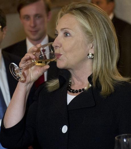 """Bà Hillary Clinton từng """"chiến thắng"""" thượng nghị sĩ John McCain trên bàn tiệc. (Ảnh:"""