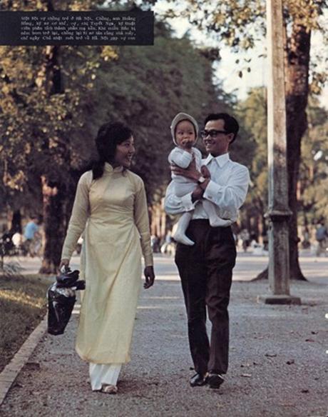 Ảnh chụp gia đình nhỏ của một đôi vợ chồng trẻ tại Hà Nội năm 1972: A