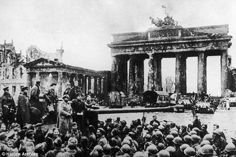 Binh lính Mỹ và Hồng quân Liên Xô tại Cổng Brandenburg tại thủ đô sau khi Berlin sụp đổ.