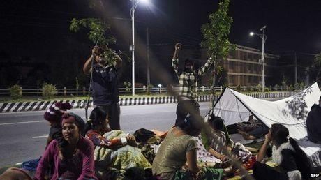 Người dân Nepal đổ xô ra đường sau trận động đất 7,3 độ richter