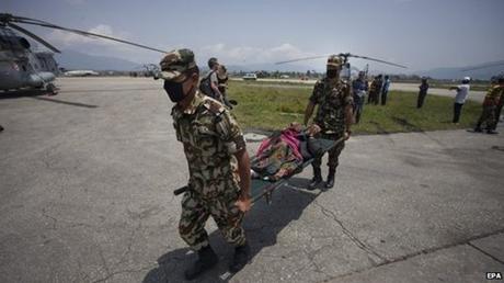 Lực lượng cứu hộ đón nhận thi thể của các nạn nhân xấu số. (Ảnh: EPA)