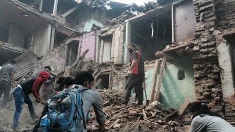 Hình ảnh tại một khu nhà đổ nát sau động đất. (Ảnh: