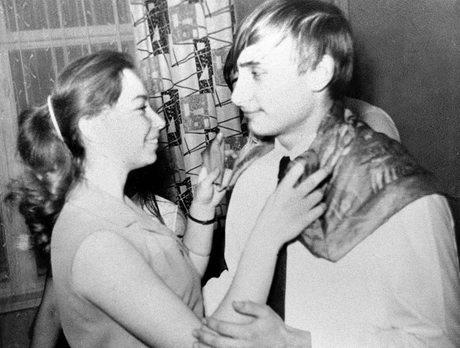 Vladimir Putin nhảy cùng bạn học Elena trong một bữa tiệc tại St. Petersburg vào năm 1970.