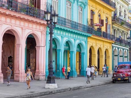 Các tòa nhà san sátđan xensắcmàu tại quận Havana cổ ở thủ đô Havana.