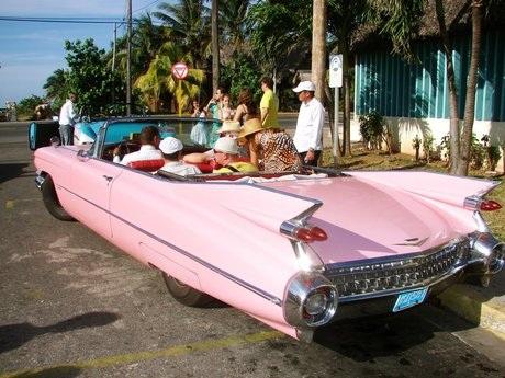 Du khách có thể thuê những chiếc xe cổ để thăm thú Cuba.