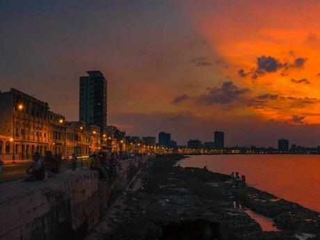 Cuba tuyệt đẹplúc hoàng hôn. Ảnh chụp tạiđường đê ven biển tại Malecon, thủ đô Havana.